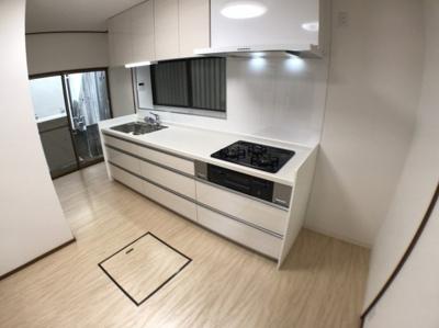 キッチン全体の写真です♪ キッチン横にはスペースも十分ございますよ♪