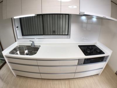 新調したシステムキッチンの写真です♪ 調理スペースも広くストレスなくお料理できますね♪