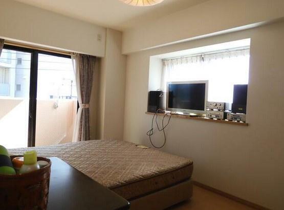 家具はイメージですが、ベッドにテレビを置けば快適な寝室の完成です^^