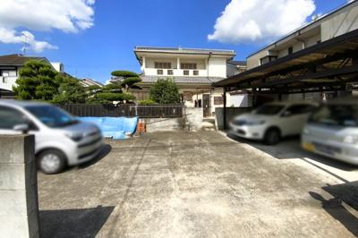 《南側駐車場》現況駐車4台可能(1部カーポート)駐車場スペースの門を撤去すれば、駐車可能台数が増えます