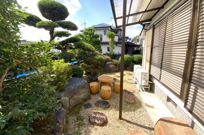 《南側庭》陽当り良好の南庭がありガーデニングなどが楽しめます。