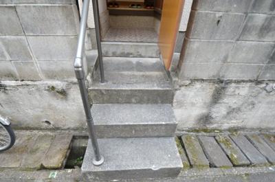 手すり付きの階段で安全に上り降りできます。