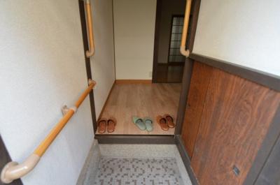 収納と手すりがある機能性のある玄関です