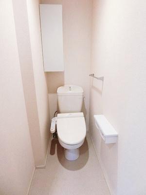 人気のシャワートイレ・バストイレ別です♪小物を置ける便利な棚やタオルハンガーも付いています♪※参考写真※