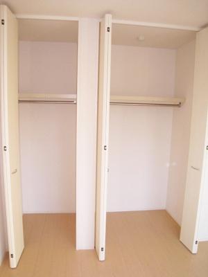 洋室5.3帖のお部屋にあるクローゼットです♪大切なお洋服もしわにならないようにハンガーがけができます☆お部屋にクローゼットが2ヶ所あるのが便利ですよね!