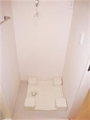 洗面所にある室内洗濯機置き場です♪防水パンが付いているので万が一の漏水にも安心です!室内に置けるので洗濯機が傷みにくい☆