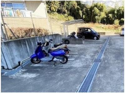 敷地内にバイク置き場を完備しています!自転車やバイクがあれば通勤・通学、お買い物にも便利です☆