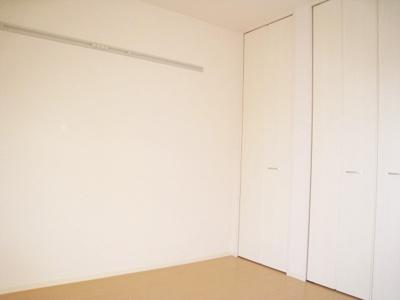クローゼットのある南西向き洋室5.3帖のお部屋です!お洋服の多い方もお部屋が片付いて快適に過ごせますね♪壁にはピクチャーレールがあります☆