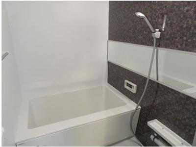落ち着いた色合いの浴室です。ゆっくりリラックスできそうですね。