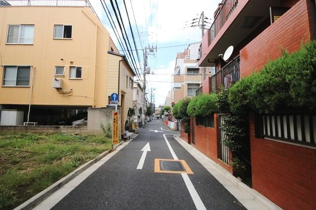 一方通行のため車両の通行が少ない静かな場所です。