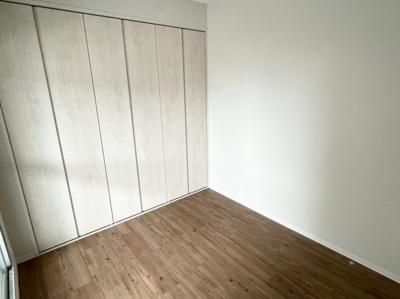 3枚扉の横幅、奥行十分なクローゼット(3枚扉の真ん中の扉は左右に動きます)