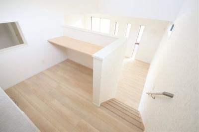 階段途中(中二階)に多目的のスペースをご用意しました。お子様の勉強用として、大人のテレワークスペースとして等々、ご自由にお使いください。