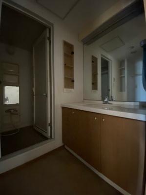 ~室内写真~ 独立洗面台、小物を置くことができて便利です