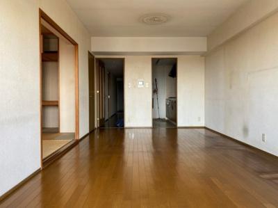 ~室内写真~ 約12.2帖の広々リビングです。