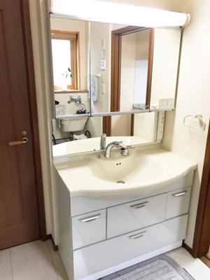ワイドサイズの洗面化粧台(写真は1階部分)