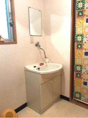 【1F洗面】コンパクトで使いやすい洗面所!鏡付きで身だしなみチェックできます。