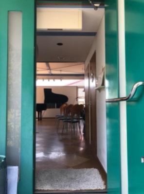 お客様をお迎えする玄関です。グランドピアノが見えてワクワクしますね♪