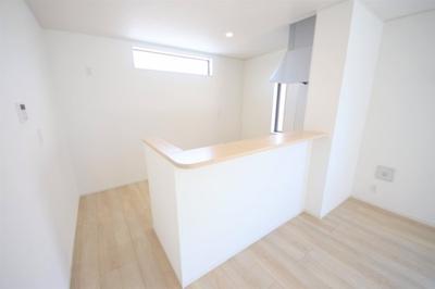 5号棟 窓付きの明るいキッチン 床下収納あり 二面採光の明るいLDK