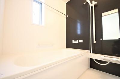 5号棟 窓付きの明るいお風呂 足も伸ばせる広々設計