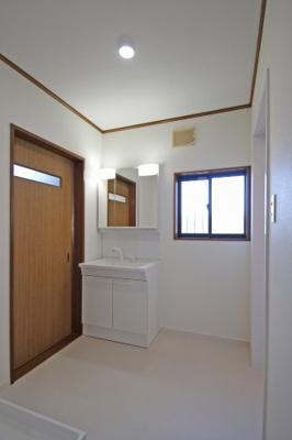 洗面脱衣は広々!洗面化粧台は収納タップリの三面鏡です。