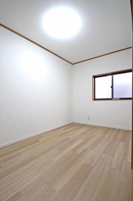 もともと納戸だった部屋を洋室に改装しています。