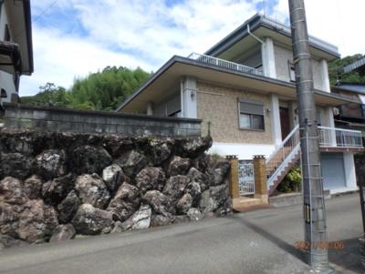 石垣作りの塀が特徴的な鉄筋コンクリートの丈夫なお家です。(2021年8月撮影)