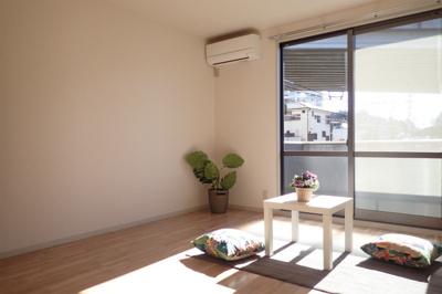 バルコニーに繋がる南向き角部屋洋室8.4帖の陽当たりの良いお部屋です!エアコン付きで1年中快適に過ごせますね☆※参考写真※