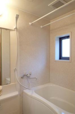 清潔感のある浴室です♪ゆったりお風呂に浸かって一日の疲れもすっきりリフレッシュできますね☆浴室には窓があるので湿気対策OK!※参考写真※