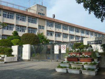 吉野東小学校まで1100m