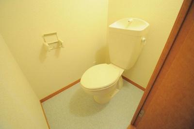 温水洗浄便座付で快適なトイレです。