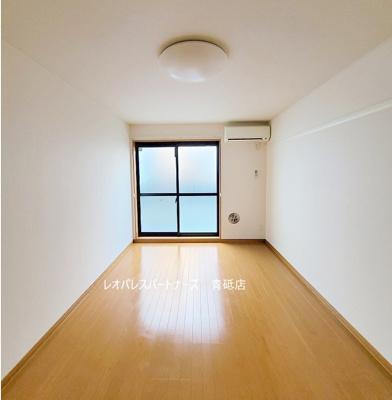 同タイプ室内(2階は腰窓になります) 1階はフローリング、2階以上はカーペットタイプとなります。