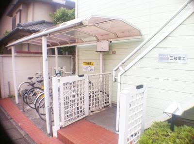 【エントランス】オカセントラルガーデン   京王線桜上水駅7分!浴室乾燥機付きだから雨の日の洗濯も躊躇うことなくできます!外観がかわいいワンルームアパートです!角部屋窓南向きで明るいお部屋です◎