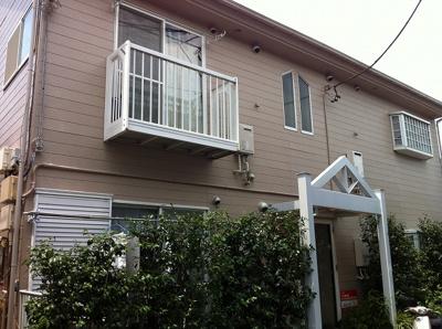 【外観】下高井戸4丁目賃貸アパート   4万円台、閑静な住宅街の中の1Kアパートです!出窓のある二面窓のお部屋です!ベランダに洗濯機置場あります。一人暮らしの方にオススメ◎