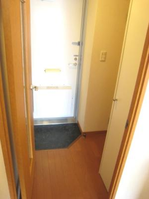広い居室を仕切れるようにカーテンレールがついています