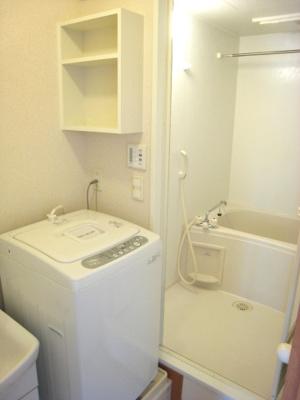 独立洗面台。洗濯機も最初から設置されすぐ使えます。