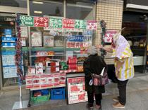 甲府駅南口のロッテリアとファミリーマート。クリスマスチキンの販売合戦をしています。の画像