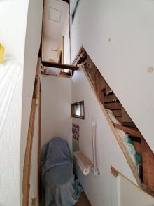 階段の架け替え工事‼元からの急こう配を緩和せよ‼ついでにトイレも移動。の画像