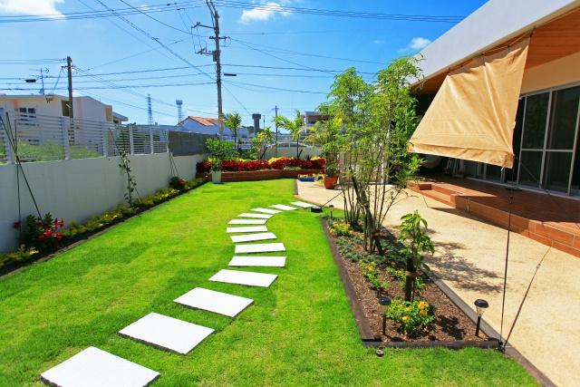 新築戸建ての庭のデザインはどうする?人工芝・天然芝・砂利のメリットとはの画像