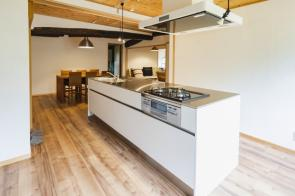 戸建てで人気の設備「アイランドキッチン」のメリットと注意点とは?の画像