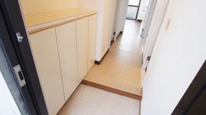 狭い玄関でもできる収納アイデアやおしゃれに見せるコツとは?の画像