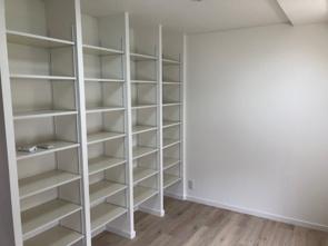 建付の本棚とクロゼットの画像