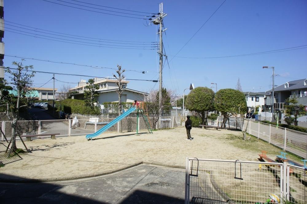 市営刀根山住宅の三角の公園の画像