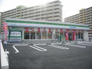 ファミリーマート浜川団地前店の画像1