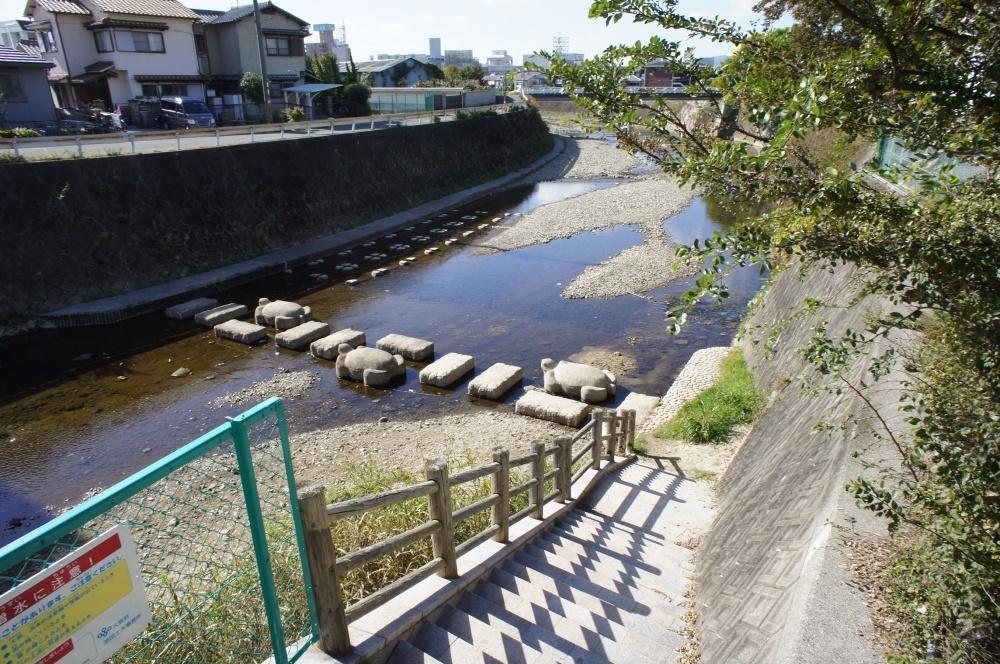 蛍池南町1丁目の千里川に降りる階段の画像