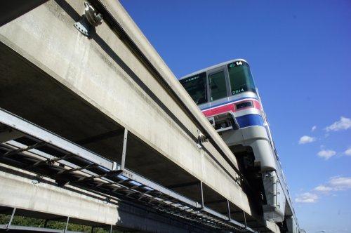 大阪モノレールが頭をかすめる歩道橋#1の画像