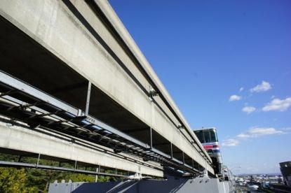 大阪モノレールが頭をかすめる歩道橋#1の画像2