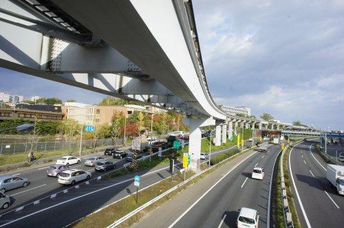大阪モノレールが頭をかすめる歩道橋#2の画像
