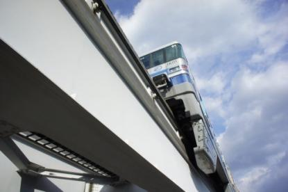 大阪モノレールが頭をかすめる歩道橋#2の画像2