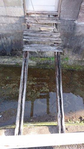 崩落寸前の橋の画像