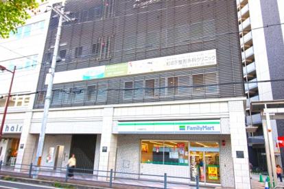 ファミリーマート 六地蔵駅前店の画像1